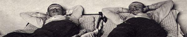 Zwei Soldaten im Bett während des ersten Weltkireges